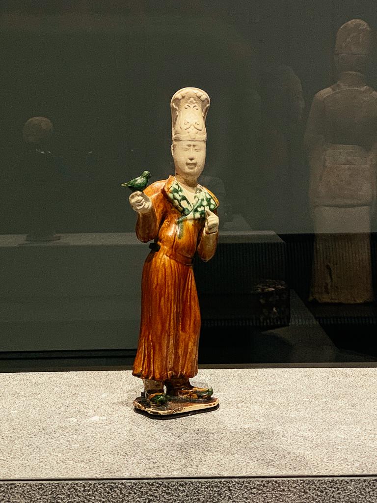 Falconer China 700-800, H. 38.5 cm; glazed ceramic, Musée national des arts asiatiques  -Guimet