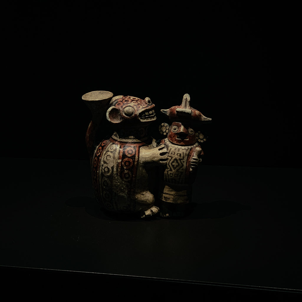 Vessel with a feline pouncing on a warrior Peru 200-700, H. 12.8 cm; painted ceramic, Musée du quai Branly - Jacques Chirac