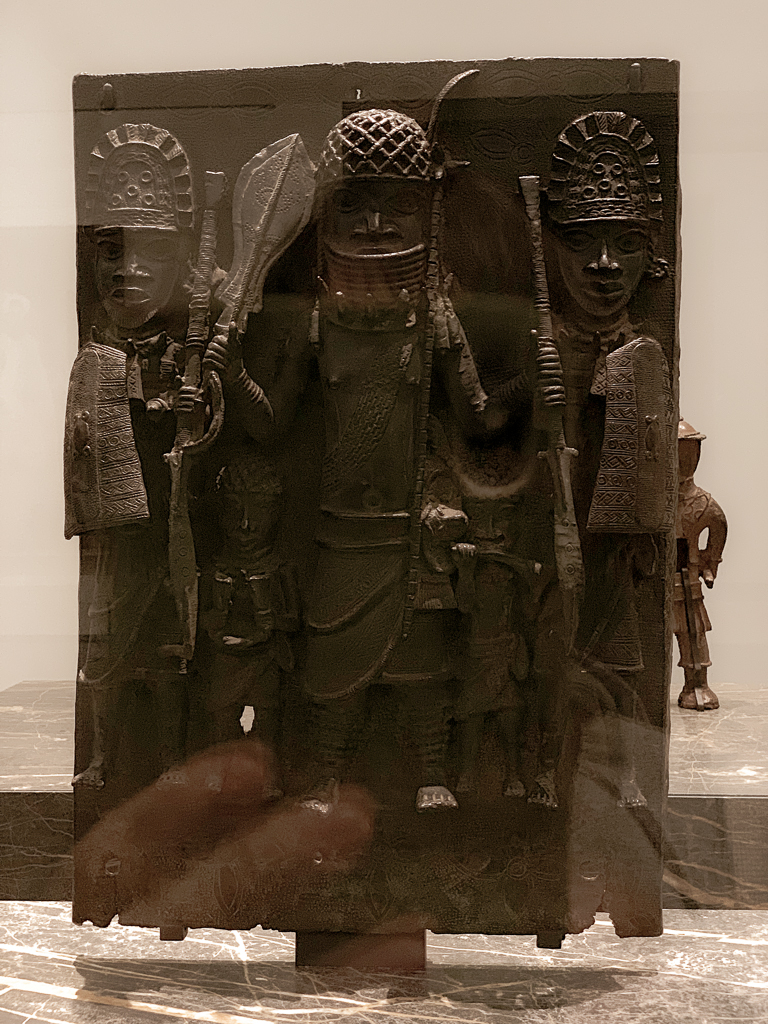 The oba surrounded by Warriors and Musicians Nigeria, ancient kingdom ob Benin 1500-1700, H. 36.2 cm; brass, Musée du quai Branly - Jacques Chirac