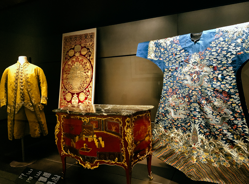 Commode decorated with red lacquer from China, with detail BERNARD Ⅱ VAN RISENBURGH France, Paris 1753-56 H. 84, W. 116 cm; wood, lacquer, bronze gilt, marble LOUVRE ABU DHABI